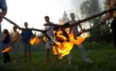 Ritual hoje po žerjavici in igranje gonga